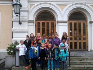 Class 3 En standing in front of the beautiful Pori Theatre