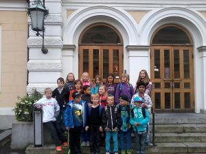 Class 3 En standing in front of the beautiful Pori Theatre